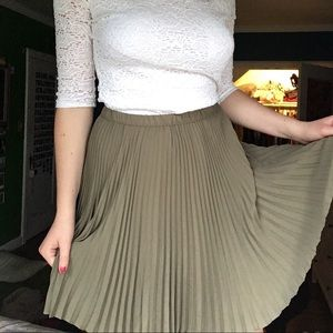 Banana Republic Army Green Pleated Skirt size 8